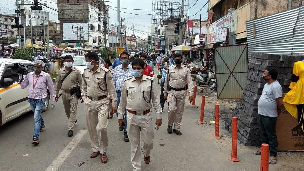 मेन रोड की दुकानों को पुलिस ने बंद कराया.