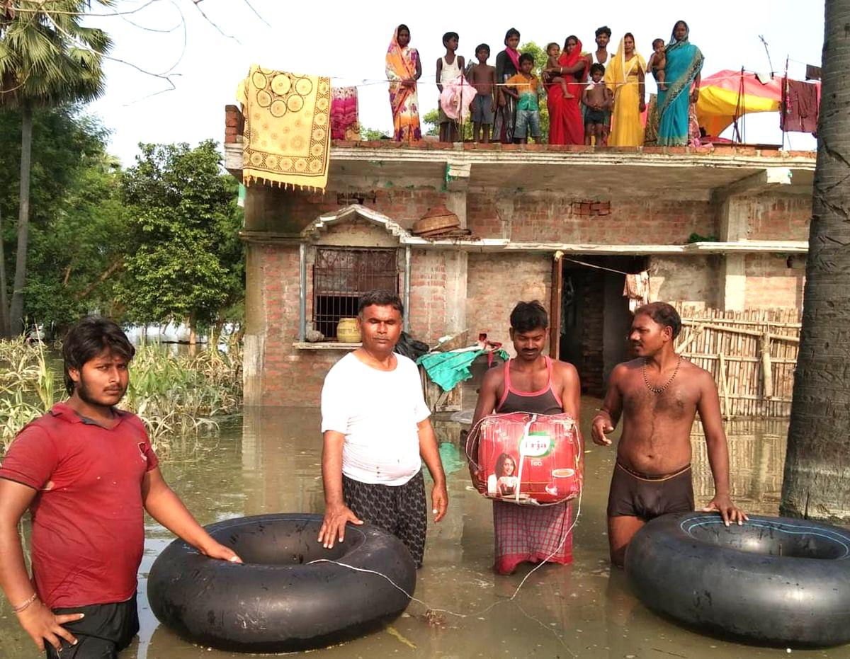 बाढ़ ने लोगों की परेशानी बढ़ा दी है.