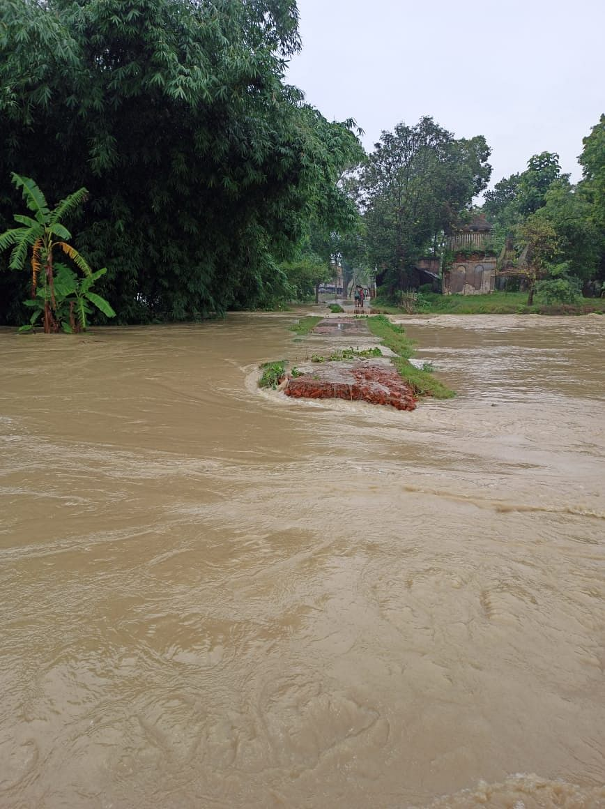 मुख्य मार्गों पर बह रहा तीन से चार फीट पानी, कई प्रखंडों का संपर्क मुख्यालय से कटा