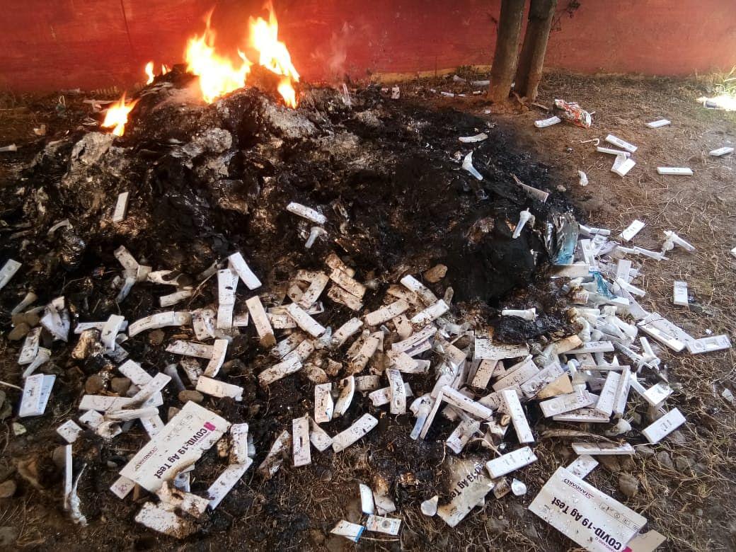 Jharkhand News: खुले में जलाये जा रहे हैं कोरोना की जांच करने वाले रैपिड टेस्ट किट और एंटीजन किट