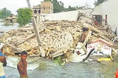 सारण में बाढ़ से तबाही, तेजधार में ध्वस्त हुआ दो मंजिलें मकान