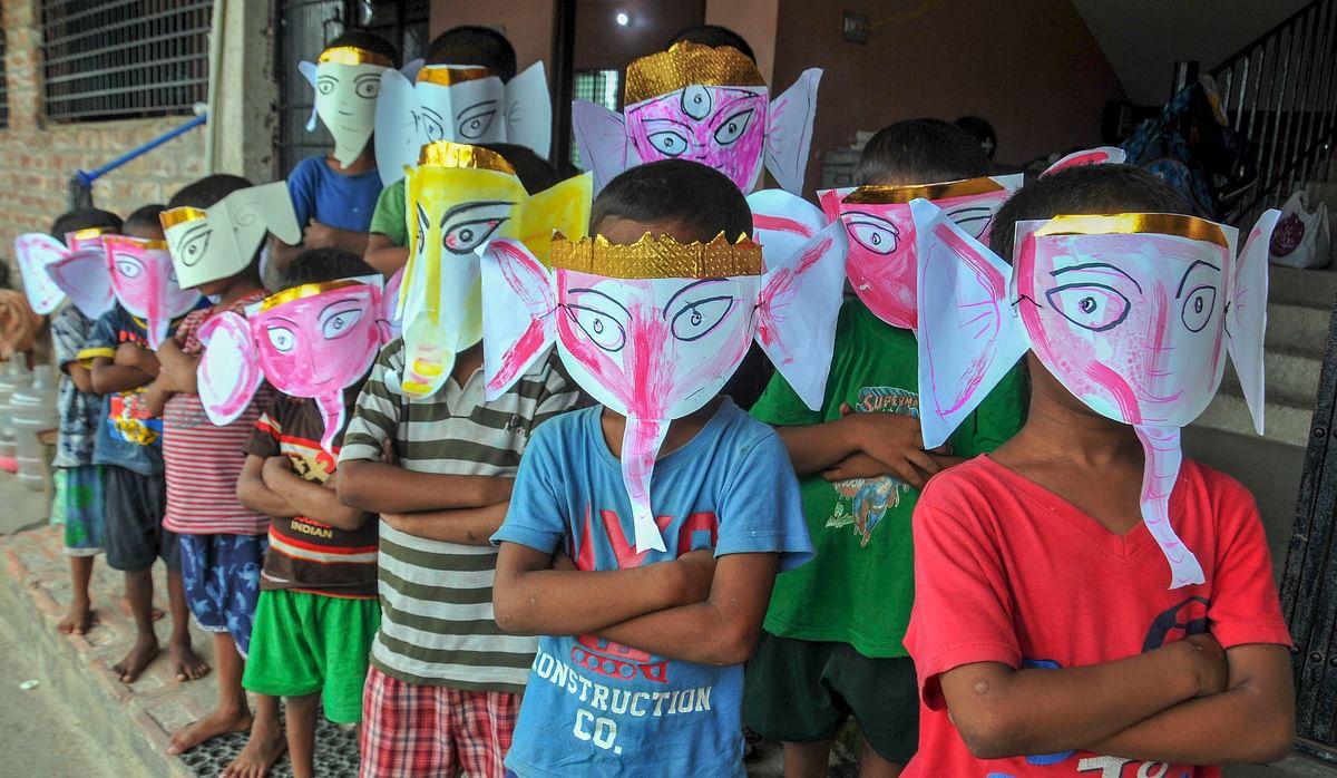 भगवान गणेश के मास्क को पहने बच्चे