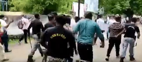 महाराष्ट्र में फीस कम करने की मांग कर रहे ABVP के छात्रों को पुलिस ने पीटा, वीडियो आया सामने