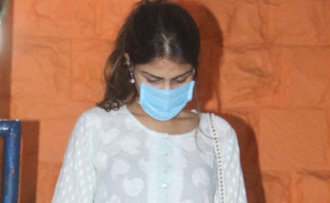 Sushant Case: 'चाय में 4 बूंदें डालो और उसे पीने दो', रिया चक्रवर्ती के व्हाट्सएप चैट से हुआ बड़ा खुलासा