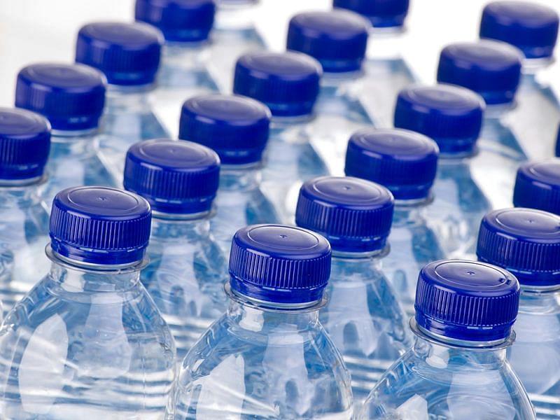बोतलबंद पानी और फलों के रस आधारित पेय पर कम हो सकती है जीएसटी