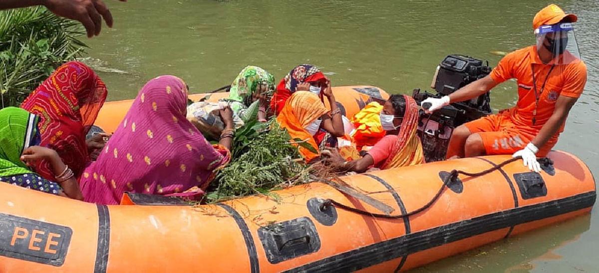 Flood in Bihar: बाढ़ के कारण महिलाओं को करना पड़ रहा है इन मुश्किलों का सामना, बढ़ा संक्रमण का खतरा