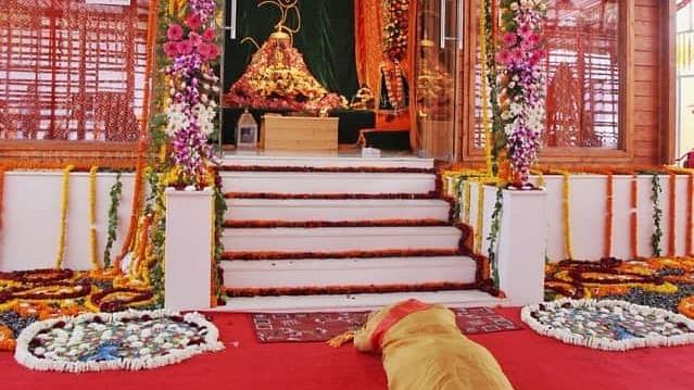 रामलला के दरबार में दंडवत हुए पीएम मोदी, जानें और कहां-कहां भावुक होकर शीश झुकाया है...