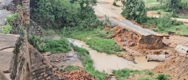बाइपास सड़क में घटिया काम ध्वस्त पुल पांच दिन में बनाया