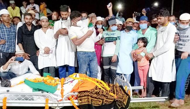शहीद के जनाजे के साथ उमड़ी लोगों की भीड़