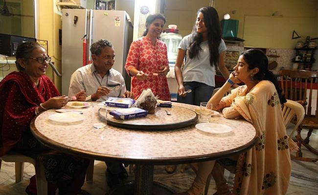 Exclusive: गुंजन सक्सेना और उनके परिवार संग समय बिता रही हैं जाह्नवी कपूर, सामने आईं तसवीरें