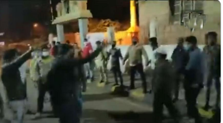 VIDEO : जब बेंगलुरू हिंसा के दौरान हनुमान मंदिर की रक्षा के लिए मुसलमान युवक खड़े हो गये ढाल बनकर