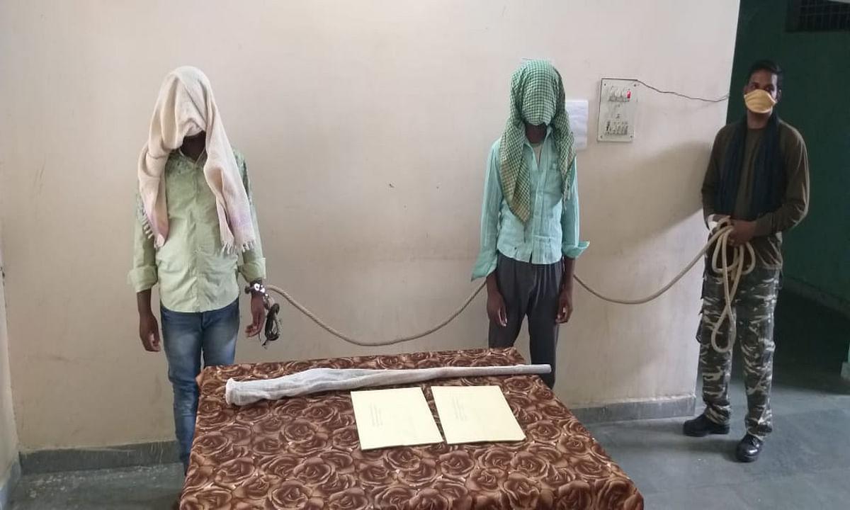 चाईबासा में पुलिस ने 2 नक्सली को किया गिरफ्तार, पर्चा, बाइक और देसी बंदूक बरामद
