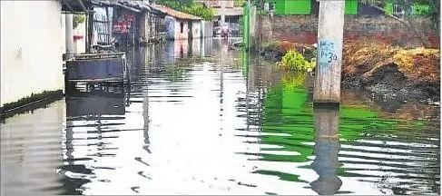 बाढ़ के पानी में डूबी कबड़ाघाट सड़क.