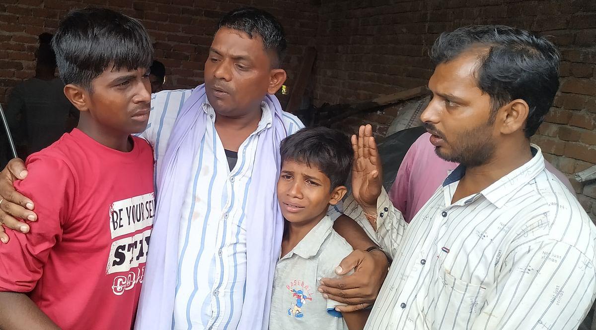 कैलाश यादव के दोनों पुत्रों को संभालते परिजन