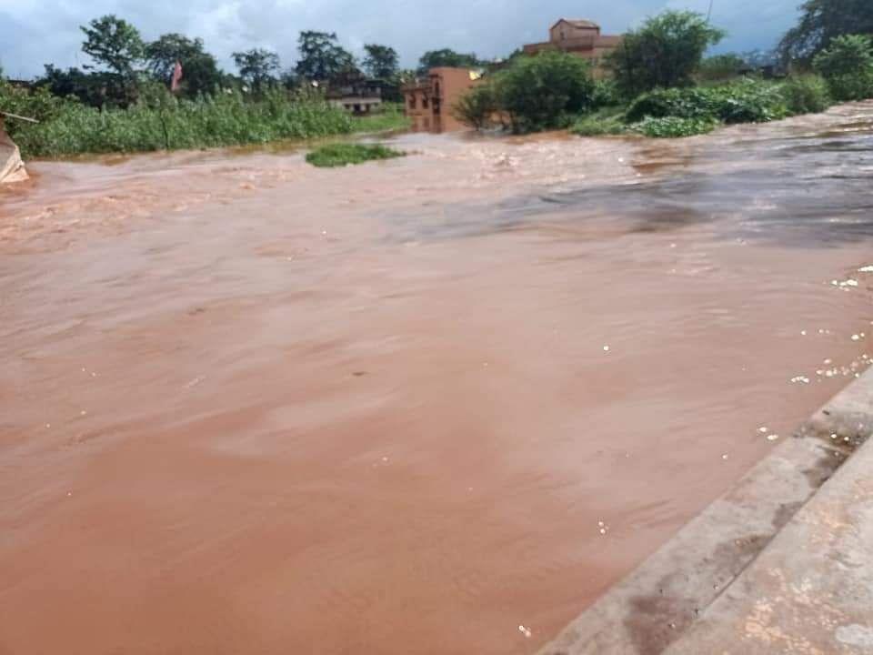 बड़ाजामदा में बाढ़-सा नजारा. घरों में घुस गया पानी.