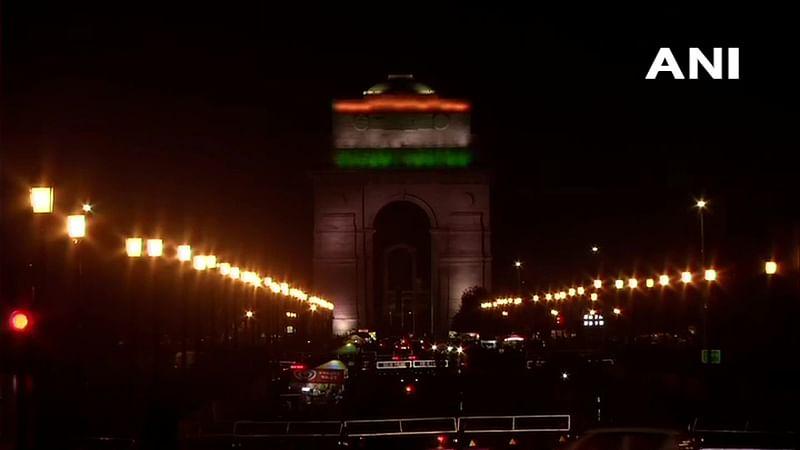 इंडिया गेट भी रंगबिरंगी रौशनी से नहा रहा है