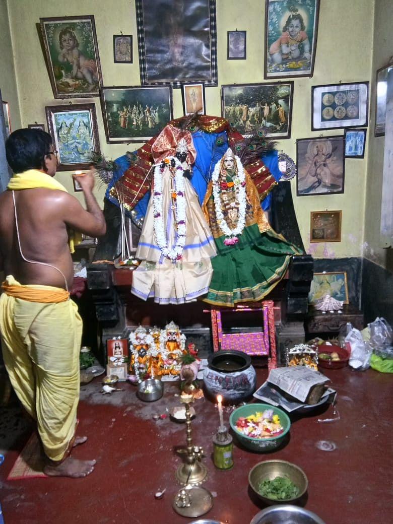 खरसावां में श्रीकृष्ण जन्मोत्सव का धूम, मंदिरों में सोशल डिस्टेंसिंग बना कर की गयी पूजा अर्चना