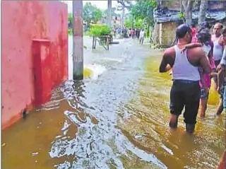 गांव में फैला पानी
