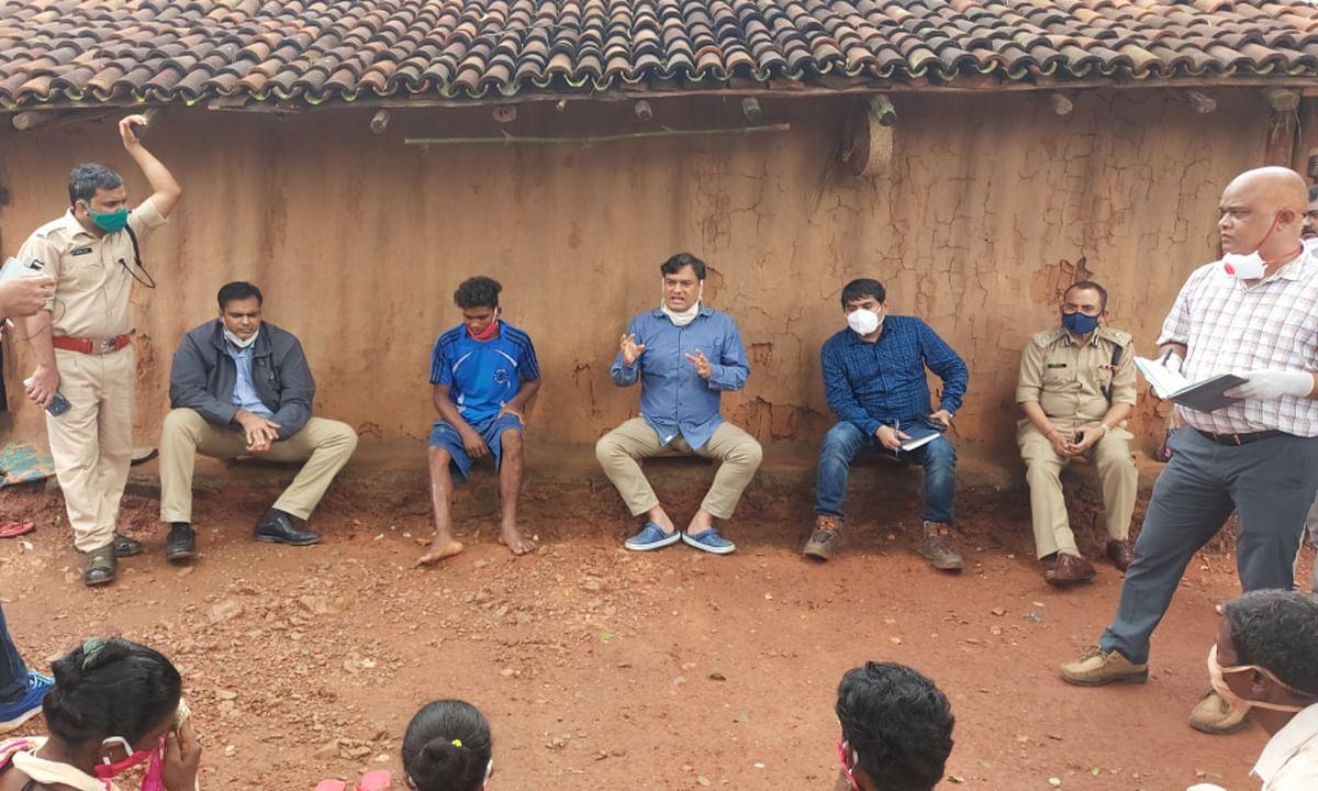 नक्सल प्रभावित सारंडा के सुदूरवर्ती गांव नुईयागड़ा पहुंचा प्रशासनिक महकमा, ग्रामीणों की सुनी समस्याएं