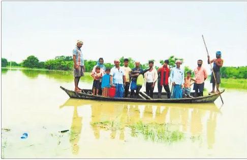 गोपालगंज के इस इलाके में बाढ़ में तबाह हो गयीं प्रमुख सड़कें, लेना पड़ रहा है नाव का सहारा