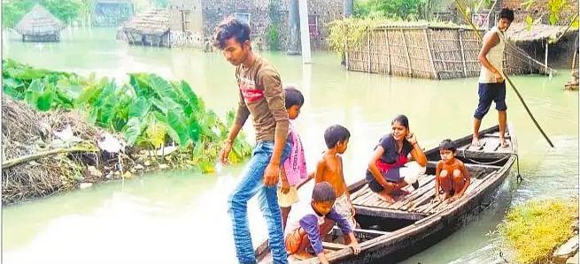 बारिश के बीच तिरपाल में सिसक रही बाढ़ पीड़ितों की जिंदगी, जानें क्या खिला रहे हैं बच्चों को