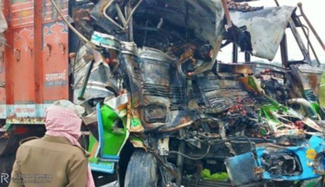 टक्कर के बाद ट्रक में लगी आग, जिंदा जले चालक और खलासी