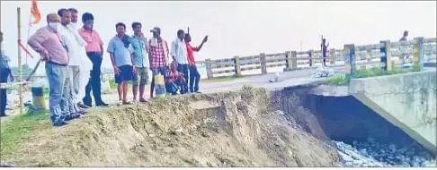 Flood in Bihar : करेह नदी के कटाव से खरारी पुल का एप्रोच पथ बहा, परिचालन रोका गया