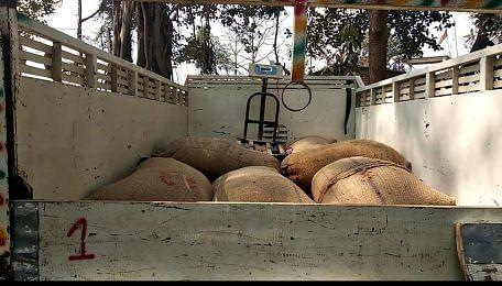 ग्रामीणों ने कालाबाजारी का खाद्यान्न पकड़ा, डीलर का लाइसेंस निलंबित करने की मांग