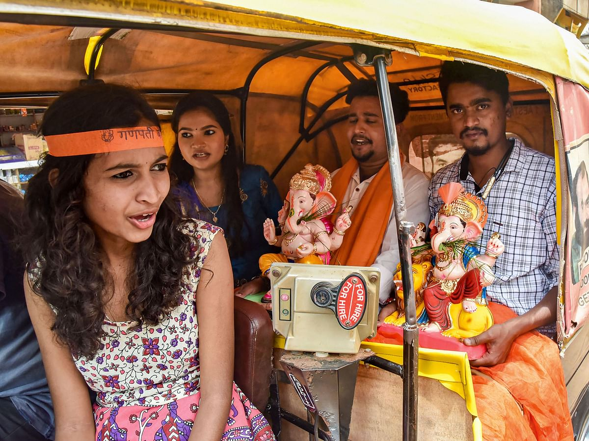 हुबली में भगवान गणेश की प्रतिमा घर में स्थापित करने साथ लेकर जाते भक्त