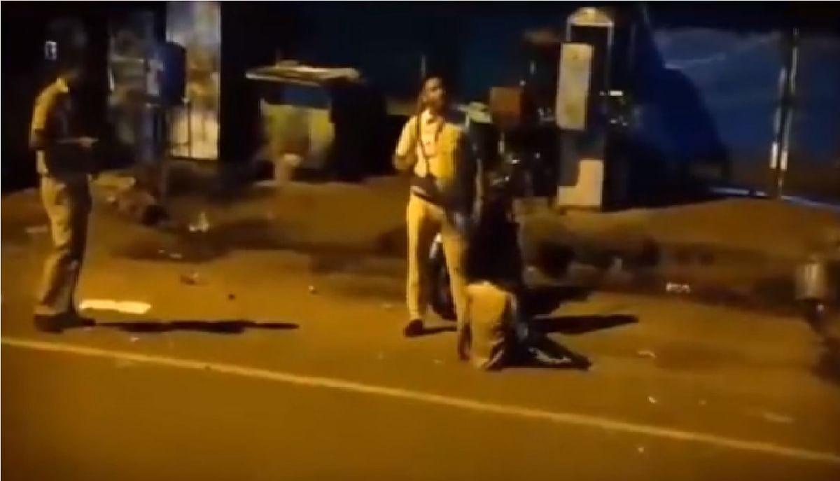 युवक को पीटता रहा दिल्ली पुलिस का कॉस्टेबल, दूसरा देखता रहा अब थाना प्रभारी को जारी हुआ नोटिस