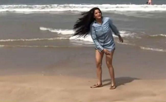भोजपुरी अभिनेत्री मोनालिसा समुद्र किनारे इठलाती आईं नजर, वायरल हो रहा है ये VIDEO