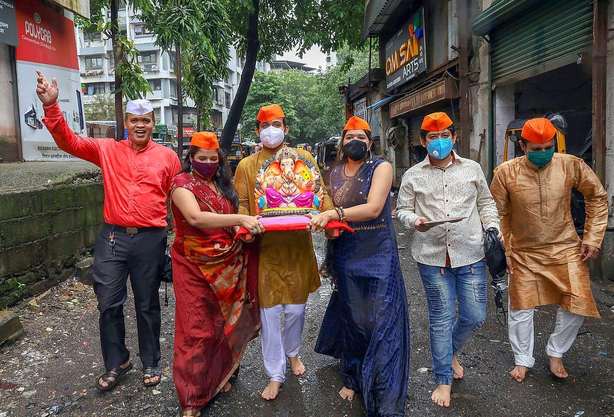 भगवान गणेश की प्रतिमा स्थापित करने के लिए लाते भक्त