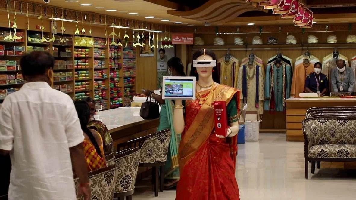 VIRAL: तमिलनाडु के शोरूम में ग्राहकों को कोरोना गाइडलाइंस सिखा रही रोबोट जफीरा