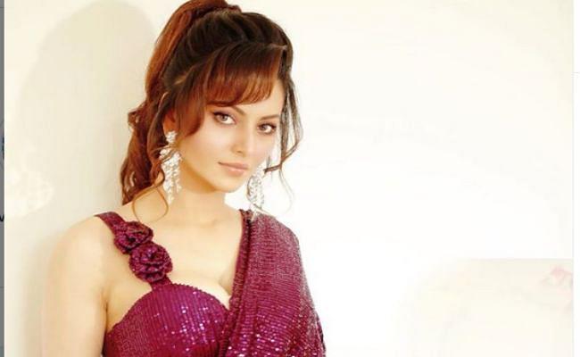अभिनेत्री उर्वशी रौतेला ने शेयर की साड़ी में खूबसूरत तसवीर, फैंस बोले- हर मोड़ पर...