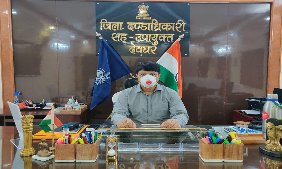 Jharkhand news : बाबा मंदिर में श्रद्धालुओं के प्रवेश के लिए ई-पास संबंधी जानकारी देते देवघर डीसी कमलेश्वर प्रसाद सिंह.