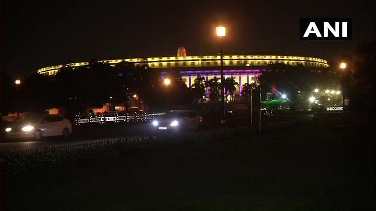 चमचमाती रौशनी में संसद भवन