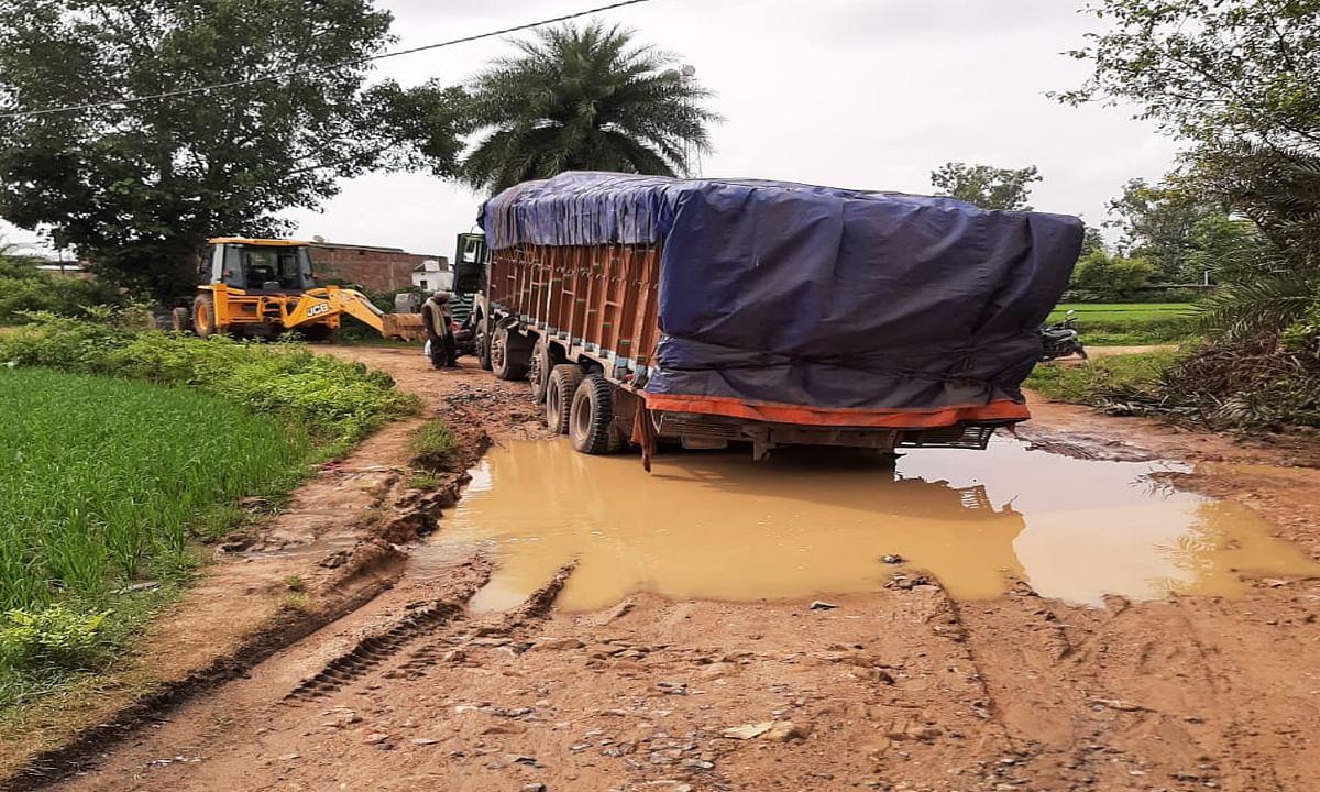 कीचड़ भरे गड्ढे में तब्दील हो गयी बानपुर की सड़क, जेसीबी से टोचन के बाद पार हाेते हैं ट्रक