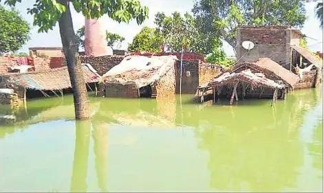 वाल्मिकीनगर बराज से छोड़ा गया पानी, जानें उफनती गंडक ने किन गांवों में बढ़ा दी चिंता