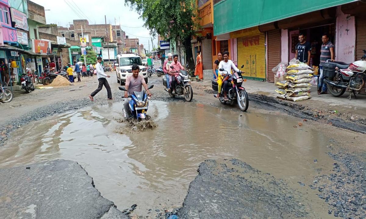 बरसों से बदहाली का दंश झेल रही है 6 ब्लॉकों को जोड़ने वाली ये रोड, अधूरा पड़ा है निर्माण कार्य