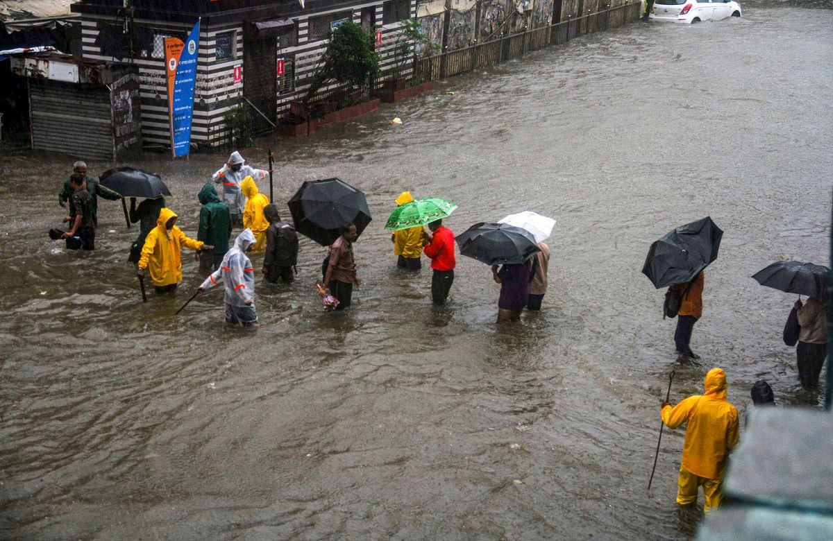 Weather Update: मुंबई में बारिश से जन जीवन अस्त व्यस्त, रेल और सड़क यातायात प्रभावित, देखें तस्वीरें