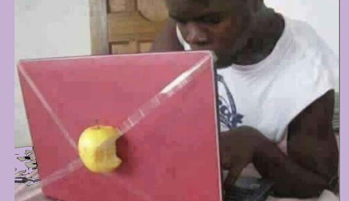 आनंद महिंद्रा को लैपटॉप पर आधा एप्पल लगाकर काम करने वाला शख्स लगा अच्छा, ट्वीट की Funny तस्वीर