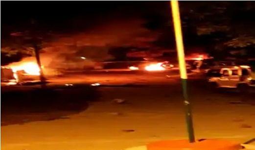 दुर्घटना से गुस्साये लोगों ने थाने में घुस दर्जन भर गाड़ियों को फूंका, फायरिंग के बाद संभले हालात