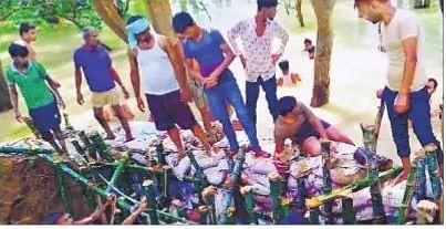 Flood in Bihar : दोबारा टूटा बागमती का पूर्वी तटबंध, जानें लोगों ने कैसे की मरम्मत