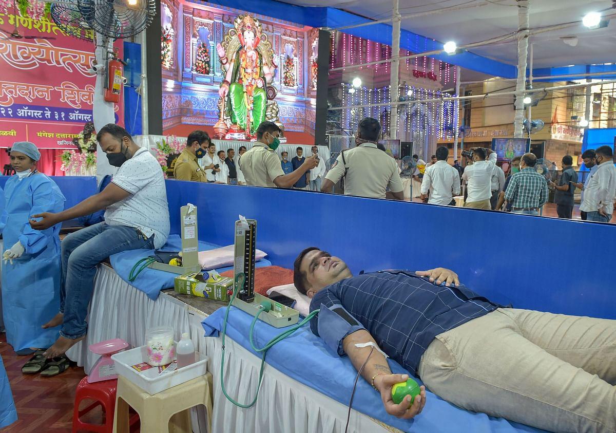 मुंबई के लालबाग के राजा के दरबार में ब्लड डोनेट करते वॉलंटियर