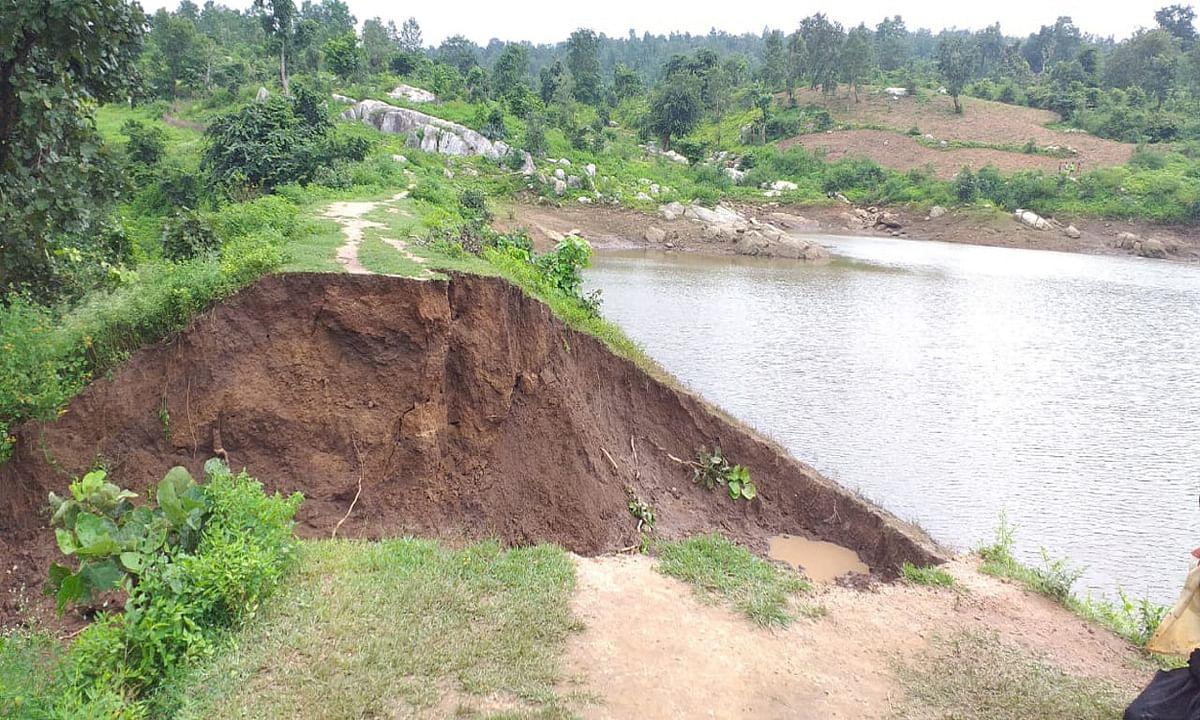 लगातार बारिश से मनिका में करूरहरवा बांध का मेढ़ टूटा, 15 एकड़ में लगे धान का फसल बर्बाद, कई घर गिरे