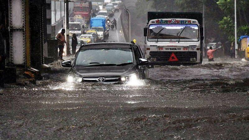 मुंबई में बारिश का 46 साल का टूटा रिकॉर्ड, खिलौनों की तरह बही गाड़ियां, ढहे घर