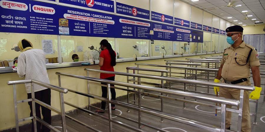Indian Railways: यात्रियों को रेलवे ने दिया बड़ा झटका, कई स्टेशनों पर प्लेटफॉर्म टिकट के दाम कई गुना बढ़े, जानें नयी रेट
