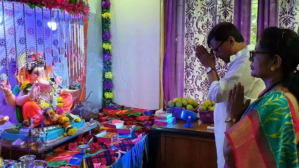 संजय राउत महाराष्ट्र के अलीबाग में अपने घर में गणपति बप्पा की आराधना की