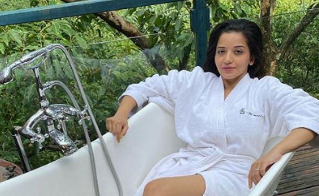 भोजपुरी एक्ट्रेस मोनालिसा ने बाथटब में दिये पोज, दिलकश अदाएं लूट लेगी दिल