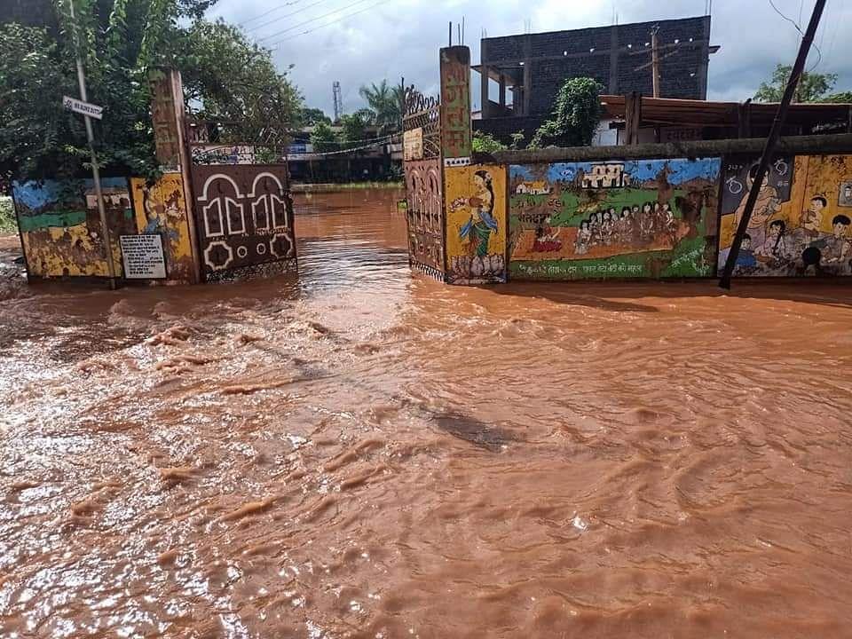 रिहायशी इलाकों में भी भर गया है पानी. जन-जीवन अस्त-व्यस्त.